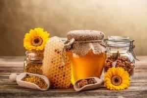 Добиться еще большего эффекта можно, если сделать свечи не только с прополисом, но также с другими продуктами пчеловодства – медом