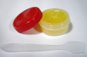При появлении раздражений используются крема, ланолин, вазелин